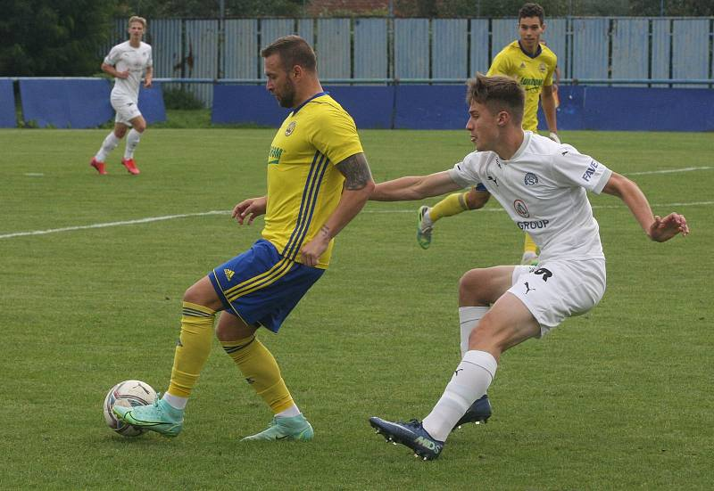 Fotbalisté Slovácka B (bílé dresy) v nedělním třetiligovém derby zdolali zlínskou rezervu 2:0.