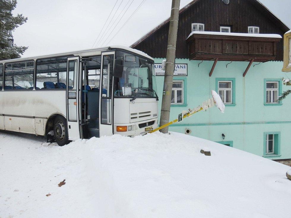 Nehoda autobusu v Bartošovicích v orlických horách.