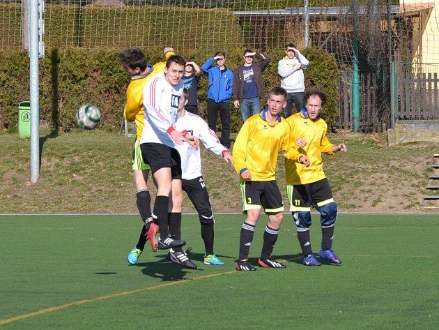 Kanonáda. Rychnovští fotbalisté (v bílých dresech) si v přípravném utkání s B-týmem Žamberka s chutí zastříleli a síť v  brance soupeře rozvlnili celkem sedmkrát.