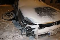 Řidič jedoucí od Záhornice směrem na Trnov na zasněžené silnici při projíždění levotočivé zatáčky dostal smyk.