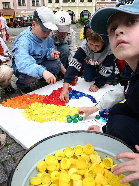 Děti třídily odpad a skládaly papouška Nikitu z víček od PET lahví.