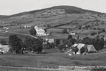 Historický snímek, který přináší celkový pohled na krajinu Bartošovic v Orlických horách.