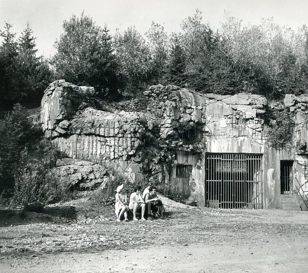 Pevnost Hanička. Ve 2.pol. 30.let se pod vlivem hrozícího nebezpečí ze strany Německa začala budovat pevnostní linie po celé délce hraničního hřbetu Orlických hor. Měla být součástí opevnění státní hranice nejvíc ohroženého úseku od Bohumína po Krkonoše.