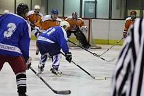 VÝBORNÁ ATMOSFÉRA provázela zápas třetího kola Rychnovské hokejové lihy mezi HC Lev Kostelec a sousedním HC Častolovice. Dramatický duel rozhodly až samostatné nájezdy.
