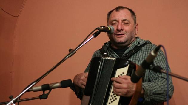 Takto zazpíval a zahrál Václav Koubek v kosteleckém Pivasu.