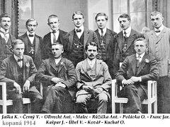 Fotografie z archivu letopisecké komise ukazuje skupinu fotbalistů ještě před narukováním – tři z nich se z 1. světové války už nevrátili.