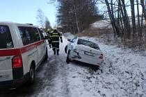 Při nehodě tří aut se zranila jedna osoba.
