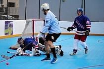 Opočenští hokejbalisté (tmavé dresy) prohráli ve Svítkově s Deltou a opustili první místo tabulky.