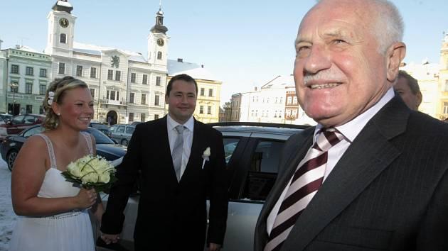 Václav Klaus se stal náhodným svědkem svatby dne 12. 12. 2012 v Hradci Králové
