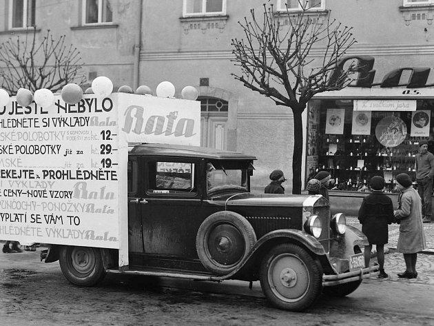 Reklamní automobil firmy Baťa stojící před domem č.p. 20na náměstí vKostelci nad Orlicí, období první republiky.