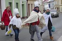 Koledníci s královskými korunami vyšli se zapečetěnými kasičkami do ulic také přímo v Dobrušce.