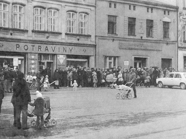 Fronta na potraviny u samoobslužné prodejny potravin na dobrušském náměstí v osmdesátých letech dvacátého století.