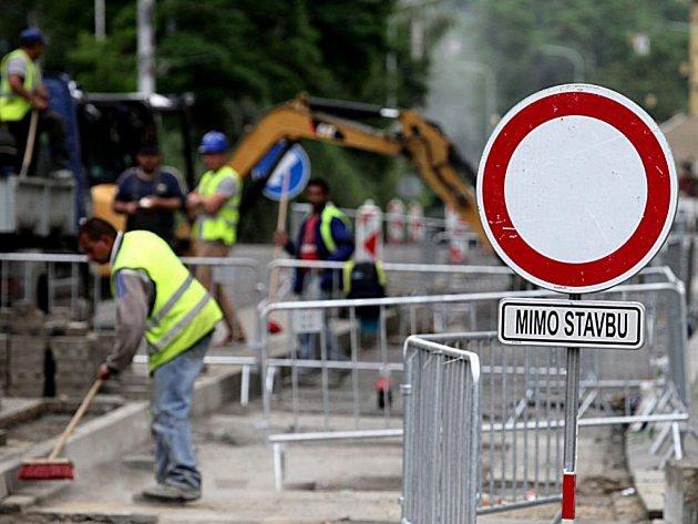Hlavní dopravní tepna v Rychnově bude opět průjezdná.