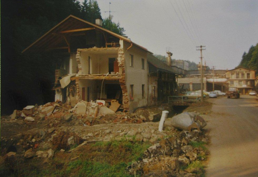Po ničivé povodni v roce 1998. V pozadí Růženina huť.