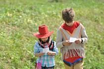 ODPOLEDNEM PLNÝM HER A SOUTĚŽÍ PRO DĚTI se proháněli indiáni, kovbojové i bandité. Výtěžek z celé akce bude věnován Ústavu sociální péče pro mládež v Kvasinách