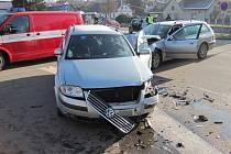 Střet dvou aut odnesl šofér zraněnou nohou. V autě však sedělo i malé dítě