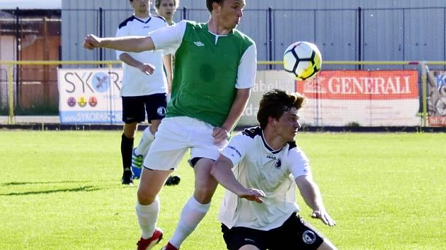 Rychnovští fotbalisté (bílé dresy) se po domácí výhře nad Jičínem (2:1) představí v pátek v Hořicích.