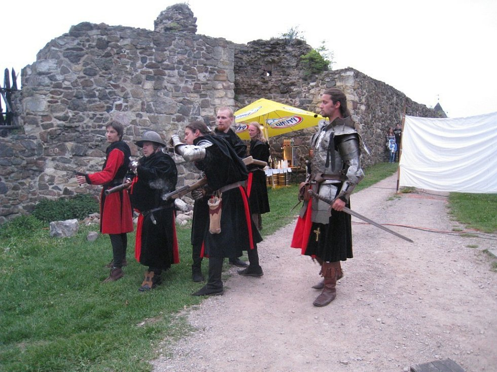 Romantický příběh z temného středověku s prvky hororu. Dvouhodinové představení probíhá na více než 30 metrů dlouhé scéně zasazené do atraktivního prostředí gotického hradu Potštejn.