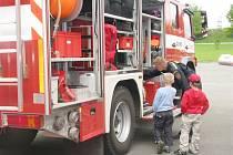 EN OTEVŘENÝCH DVEŘÍ navštívila základní škola Mozaika z Rychnova nad Kněžnou. Přestože žádnou novinku hasičárna neměla, bylo se na co dívat. Největší atrakcí byl asi třicetimetrový žebřík, jeřáb, klasické cisterny a rychlý zásahový automobil