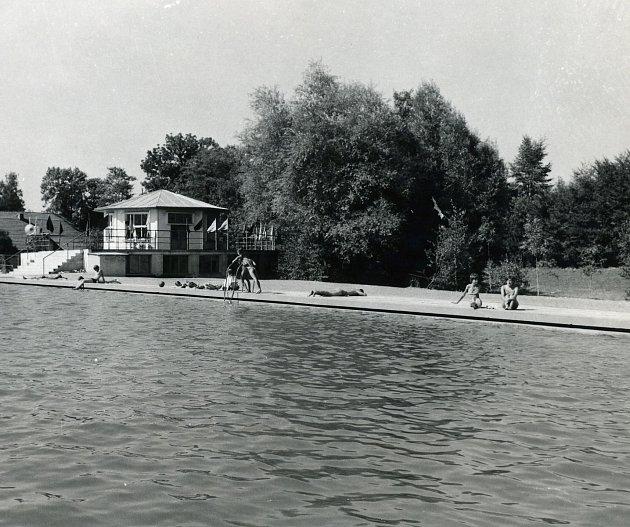 Koupaliště vobci Hroška uBílého Újezdu. Snímek pochází z60. let 20.století.