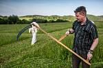 Na vlastní kůži si vyzkoušel redaktor Petr Vaňous soutěž v kosení trávy.