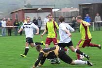 DOBRUŠSKÝ KANONÝR Marcel Hájek byl v Přepychách k neudržení. V duelu tradičních rivalů zaznamenal čtyři góly. Na snímku je zachycen zcela vpravo těsně před tím, než uzavřel gólový účet derby.