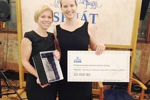 Na fotografii jsou ředitelky a zakladatelky Pferdy – Jana Křížová a Iva Laštovicová s cenou.