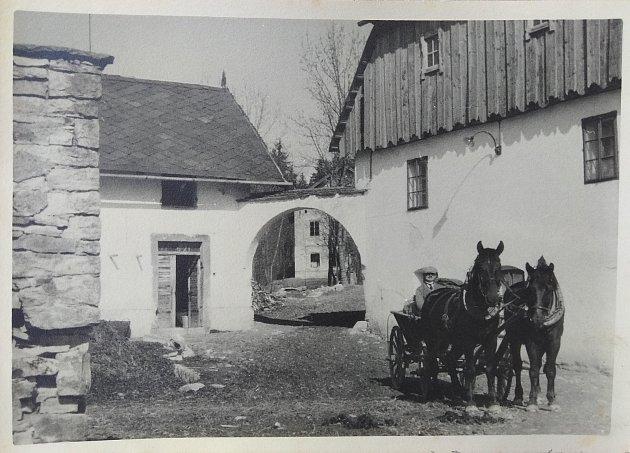 První písemná zmínka oSemechnicích je zroku 1364.Kvesnici náleží osada Podchlumí, oníž je první písemná zmínka roku 1836.