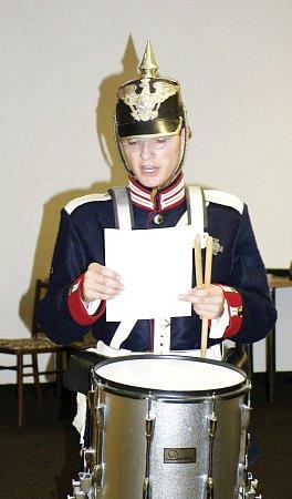 Členové klubu vojenské historie zDobrušky vzdělávali první dva ročníky maturitních tříd kostelecké střední školy.
