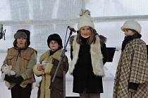 ZA ZVUKU VÁNOČNÍCH tónů se rozsvítil strom na náměstí. Zazpívali zde žáci základní školy Masarykova.