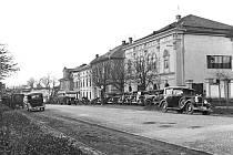 CENTRUM OPOČNA. Snímek zachycuje hotel Holub na Kupkově náměstí a je dokladem toho, že už v první polovině minulého století zde panoval čilý dopravní ruch.