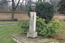 Na Poláčkově náměstí nechybí busta Karla Poláčka.