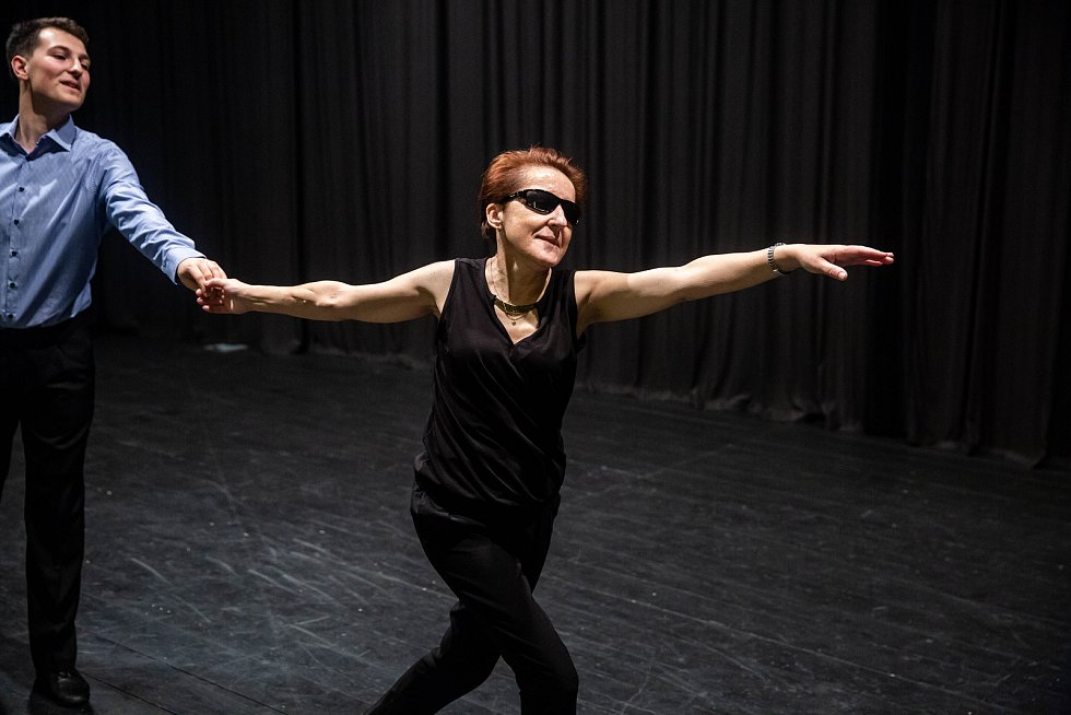 Nevidomá Renáta Moravcová při tréninku tance v dobrušském kině.