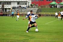 Rychnovští prohráli v domácí podzimní premiéře s Jičínem. Na snímku uniká Roman Zajíček (v bílém) jednomu z protihráčů.