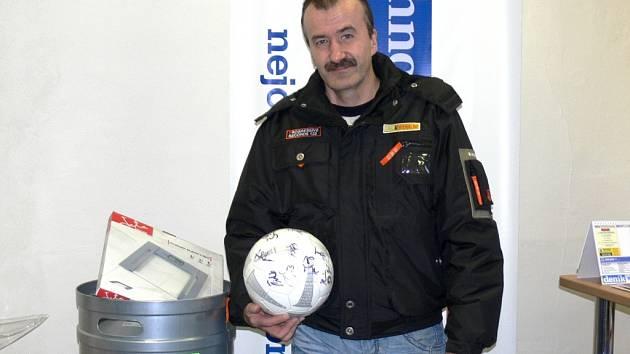 CELKOVÝ VÍTĚZ  podzimní fotbalové Tip ligy Jiří Kotfald z Týniště n. O. převzal ceny v redakci Rychnovského deníku.