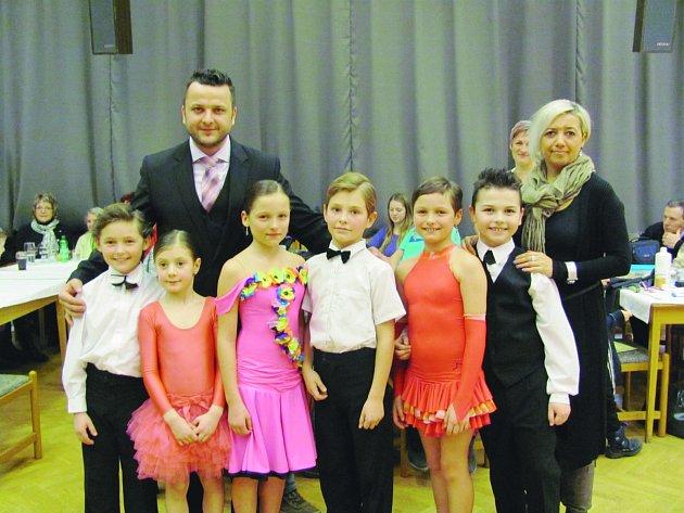 ŠIKOVNÍ TANEČNÍCI z Jaroměře se na tanečním parketu předvedli hned několikrát a umisťovali se na předních příčkách. Na fotografii jsou zachyceni spolu se svými trenéry. Tři z malých tanečníků jsou sourozenci Bujárkovi.