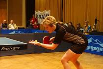SEDM PROMARNĚNÝCH MEČBOLŮ. Nejzkušenější stolní tenistka SK Dobré Hana Hlávková měla v úvodním finálovém duelu s Hodonínem nejblíž k zisku bodu.
