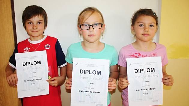 Andrea Kubešová (na snímku uprostřed) v okresním kole zvítězila. Iveta Miculyčová (vlevo) obsadila druhé místo a Hana Švandrlíková skončila na třetí příčce.