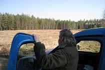 KOSTELECKÝ HAJNÝ VLADIMÍR VONDRÁK   hlídá příjezdovou účelovou komunikaci k vykácené lesní mýtině, kde má vzniknout recyklační středisko.