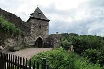Hrad Potštejn byl sídlem loupeživého rytíře Mikuláše z Potštejna. V roce 1339 hrad obléhal se svým vojskem budoucí císař Karel IV., dobyl ho. Mikuláš z Potštejna byl při obléhání zabit a jeho sídlo pobořeno.