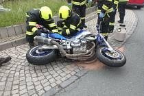Motorkář zraněním podlehl.