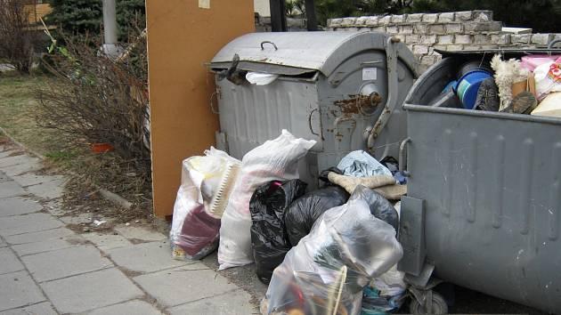 NĚKTERÝM LIDEM smysl barevných kontejnerů stále uniká a do popelnice na komunální odpad vyhodí klidně i plastový kbelík či boty.