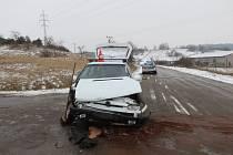 Při střetu přední část felicie narazila do levého boku fordu, který odletěl vpravo do silničního příkopu.
