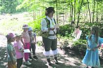 Děti plnily úkoly v lese, nechyběly u toho princezny, princ i král.