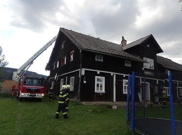 Při požáru vOrlickém Záhoří spolupracovali čeští hasiči sjednotkou zPolska.