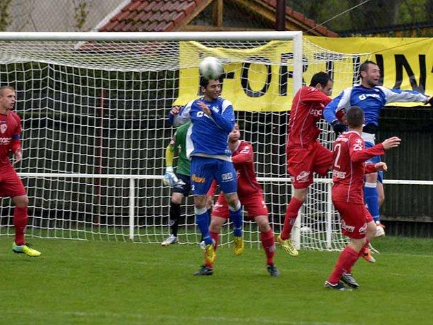 ČESTNÝ ÚSPĚCH fotbalistů Týniště v duelu s rezervou Pardubic zaznamenal Jan Huňák (na snímku vlevo při hlavičce).