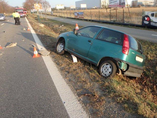 Při střetu aut a jednoho nákladního se zranili dva lidé.