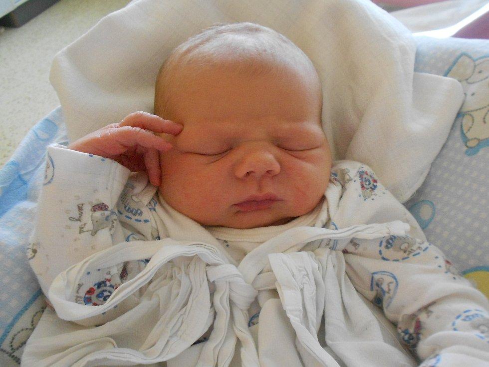 VÁCLAV NOVÁK se narodil 1. června ve 14.55 hodin. Měřil 55 cm a vážil 4300 g. Radost udělal svým rodičům Petře Holoubkové a Lukáši Novákovi z Týniště nad Orlicí, kde se těší také sestřička Lada. Tatínek to i přes ztížené podmínky u porodu zvládl skvěle a
