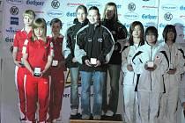DOUDLEBSKÁ STŘELKYNĚ Nikola Mazurová uprostřed českého týmu na nejvyšším stupínku při závodě juniorského Světového poháru v německém Suhlu. Vlevo stříbrné Polky, vpravo bronzové Japonky.