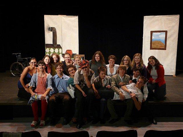 Záskok se vydařil, spokojeni byli herci i publikum.